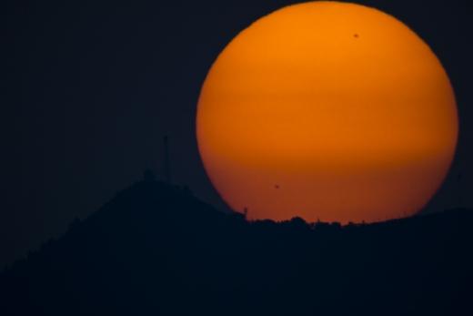 Nascer do SOL fotografado em Ankara, Turquia, mostrando duas grandes manchas solares