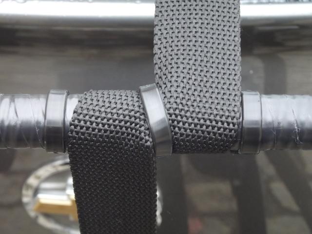 Abraçadeiras Hellerman para fixação e evitar vibrações da cinta de amarração