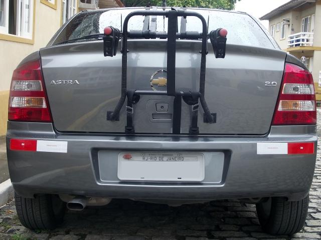 Rack de porta malas montado em carro tipo